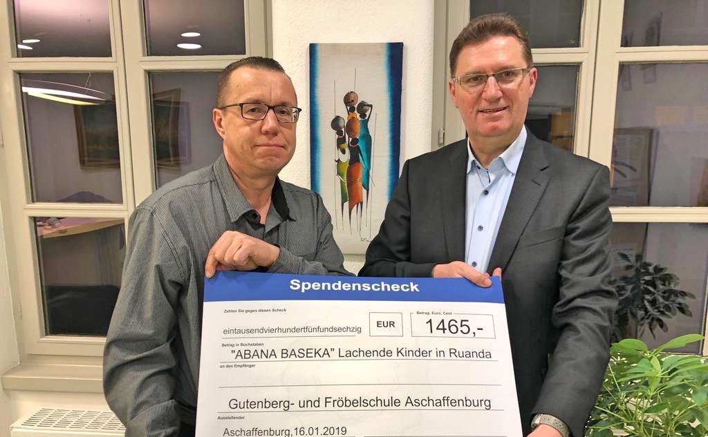 Großzügige Spende der Gutenberg- und Fröbelschule Aschaffenburg